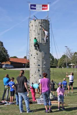 Viel Spass hatten die Kinder am 8 Meter hohen Kletterturm.