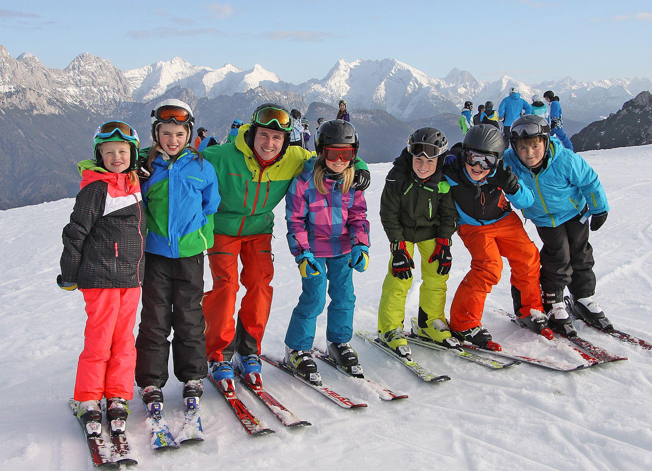 Sonntagswetter für die Veldener Ski- und Snowboard-Kursteilnehmer: Skilehrer Passi Schreiber legte mit den Kids der Renngruppe eine schneidige Spur in den Schnee