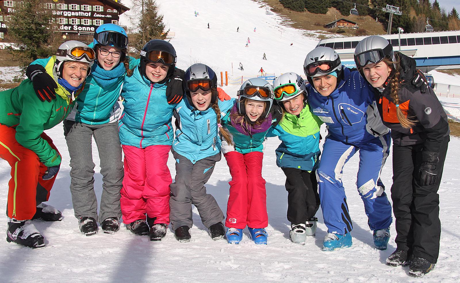Sonntagswetter für die Veldener Ski- und Snowboard-Kursteilnehmer in Lofer: Skilehrerinnen Marlies Maier und Meli Hinterberger legte mit den Kids der Fortgeschrittenen-Gruppe eine schneidige Spur in den Schnee