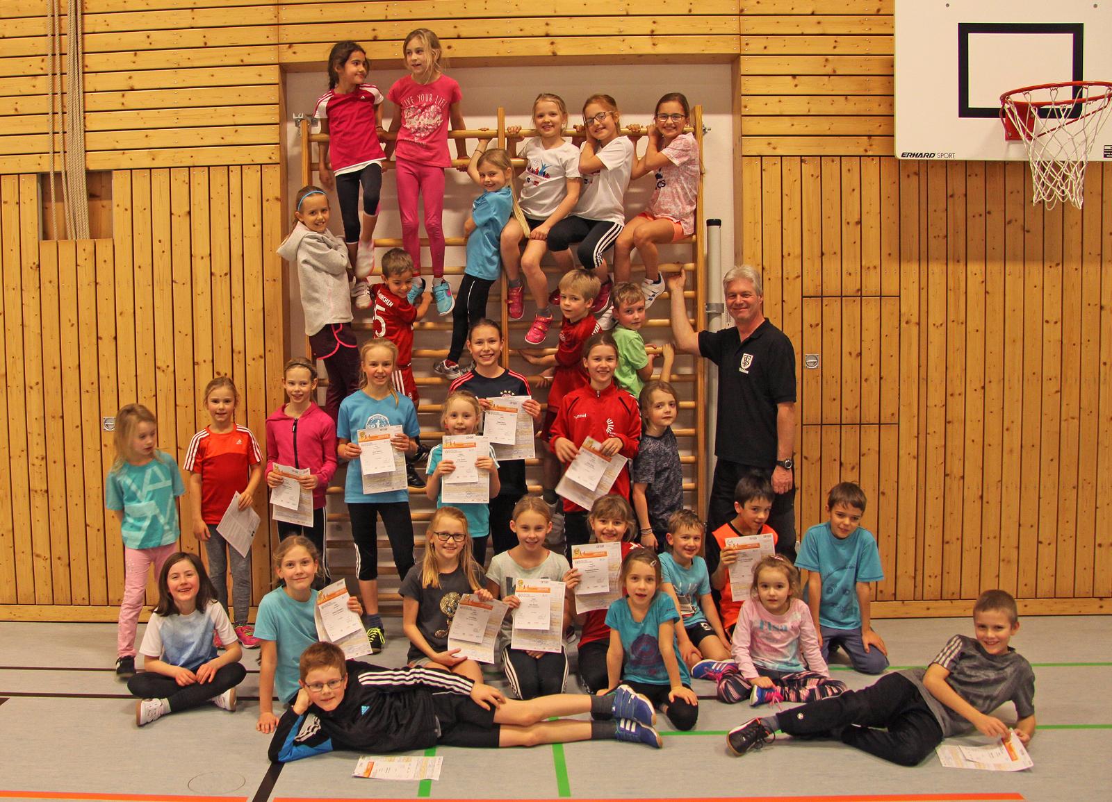 Leichtathletik-Spartenleiter Herbert Rauchbart mit den erfolgreichen Nachwuchssportlern bei der Übergabe der Sportabzeichen.
